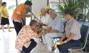 รดน้ำขอพรผู้เกษียณอายุราชการ วันสงกรานต์ปีใหม่ไทย